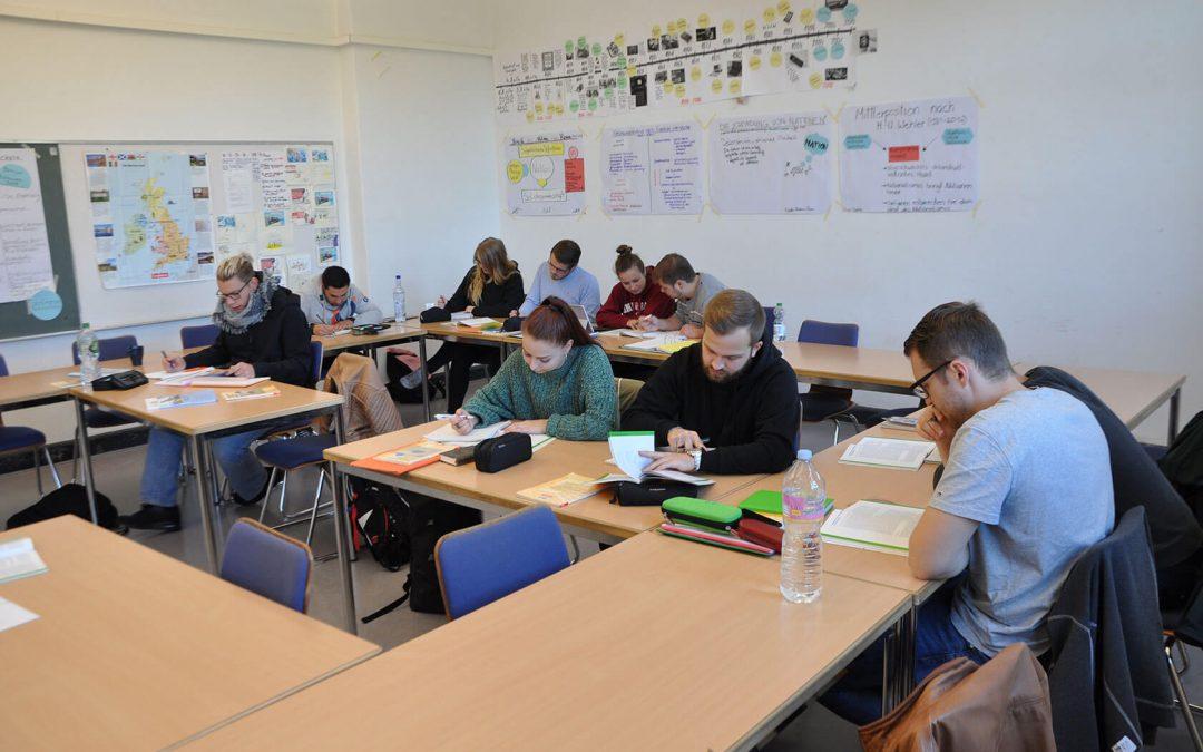 Abitur oder Fachhochschulreife mit über 20? Hannovers Gymnasien für Erwachsene informieren über höhere Schulabschlüsse für eine erfolgreiche berufliche Zukunft
